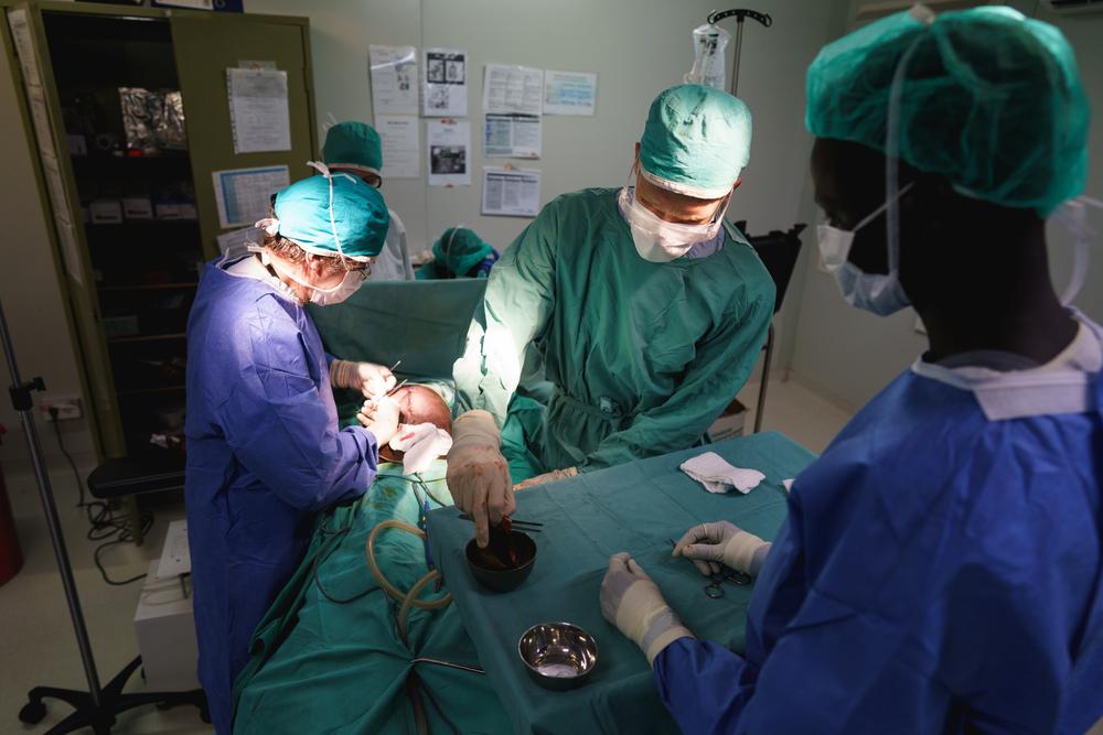 Photo de chirurgien opèrant un enfant de 10 ans ayant reçu plusieurs coups de couteau