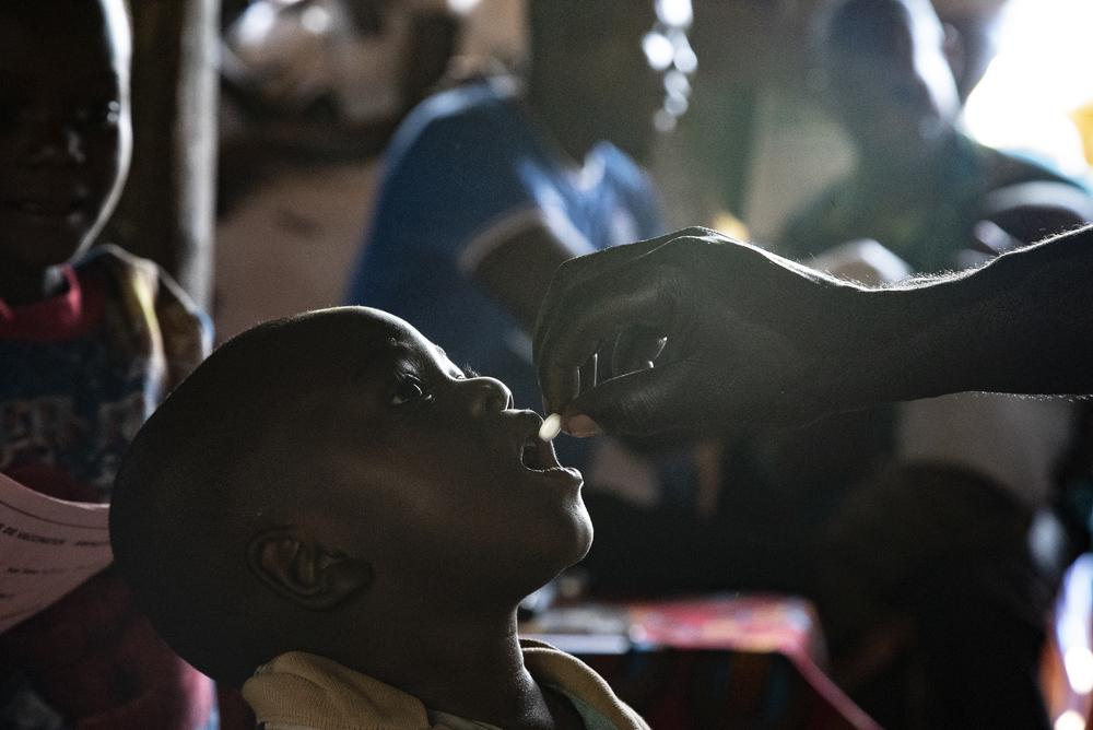 Photo d'un enfants recevant de la vitamine A et du Mebendazol, en guise de déparasitage pour lutter contre la rougeole en RDC
