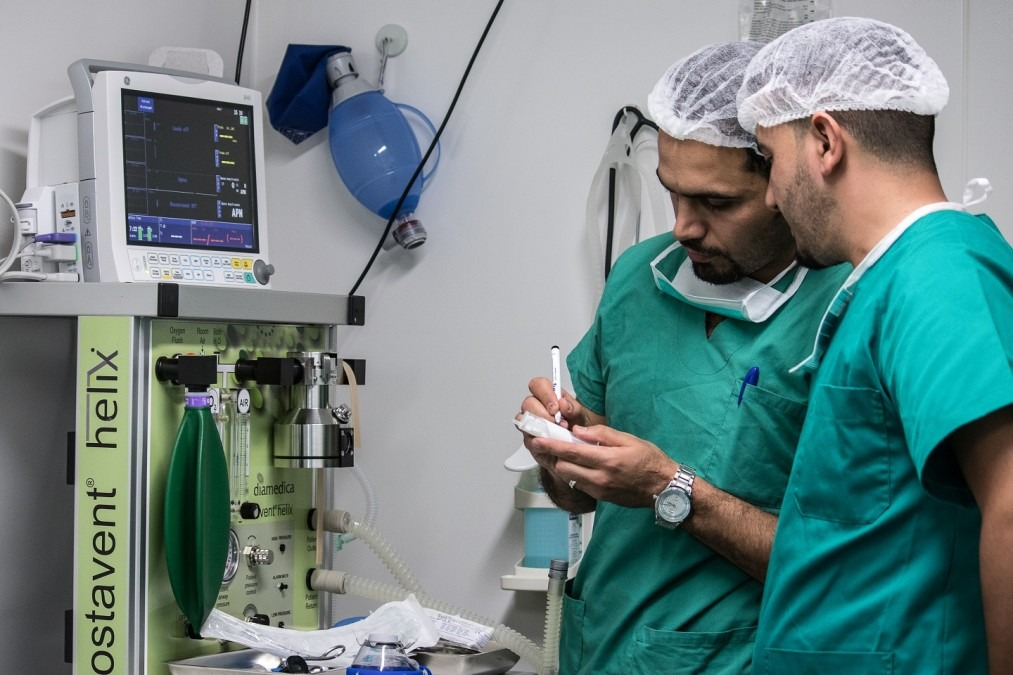 Omar Khaivadin Khalid manages the operating theatre at the MSF post-operative care facility in east Mosul, Iraq, May 2018. © MSF/Sacha Myers