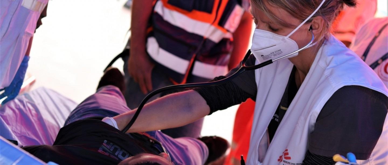 Une infirmière MSF soigne un patient blessé par la police israélienne.©MSF