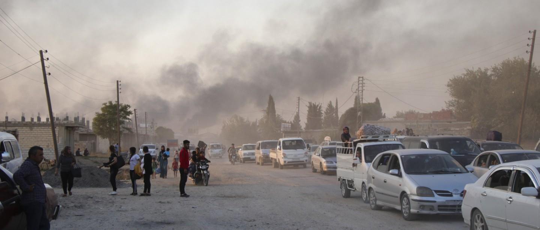 Des Syriens fuient les bombardements des forces turques à Ras Al-Ain, dans le nord-est de la Syrie, le 9 octobre 2019. ©Associated Press/AP